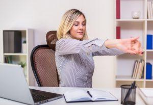 4 étirements des épaules que vous pouvez faire au bureau